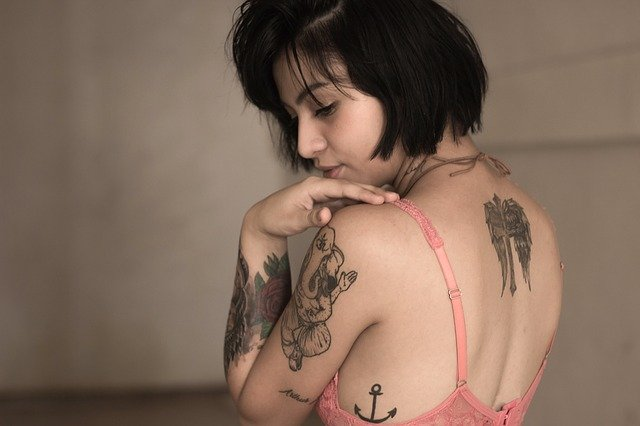 tetovaná dívka